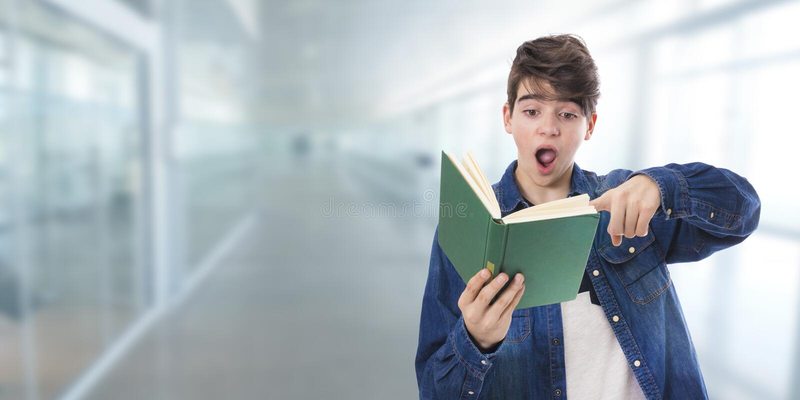 Kinderstudent mit Büchern lizenzfreies stockfoto