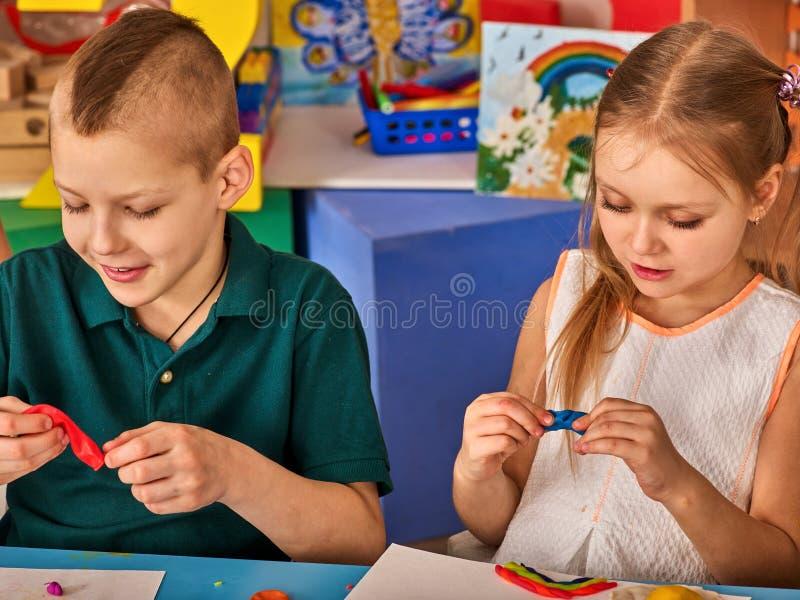Download Kinderteigspiel In Der Schule Knetmasse Für Kinder Stockfoto - Bild: 107409156