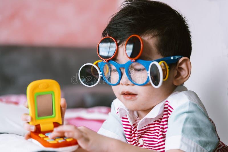 Kindertragende Augengläser stockfotografie