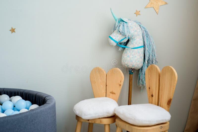 Kindertraumkonzept Angenehmes Schlafzimmer verziert mit Spielwaren und Sternen lizenzfreie stockfotografie
