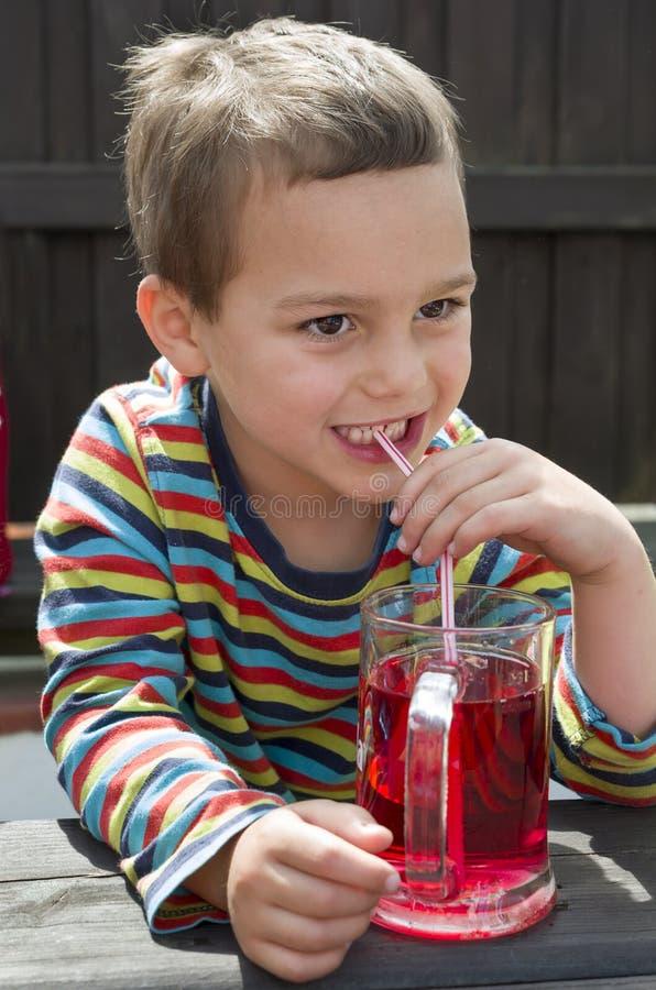 Kindertrinkende Limonade stockbilder
