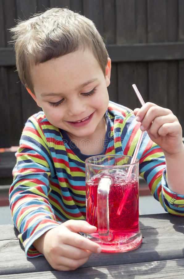 Kindertrinkende Limonade stockfotografie