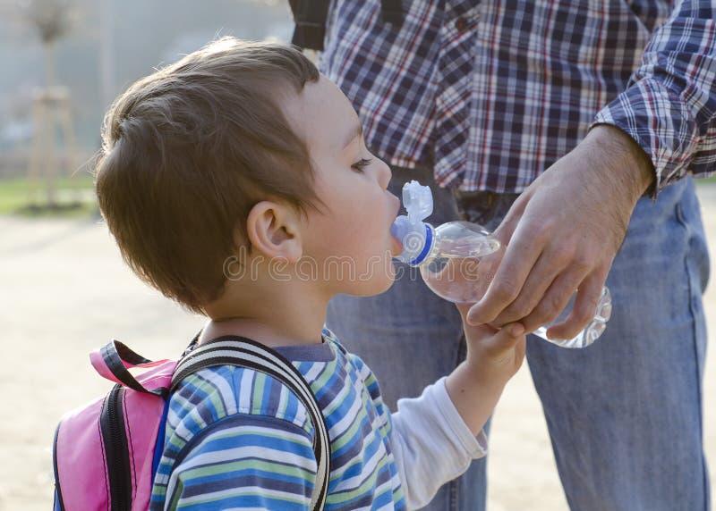 Kindertrinkwasser von einer Flasche stockfoto