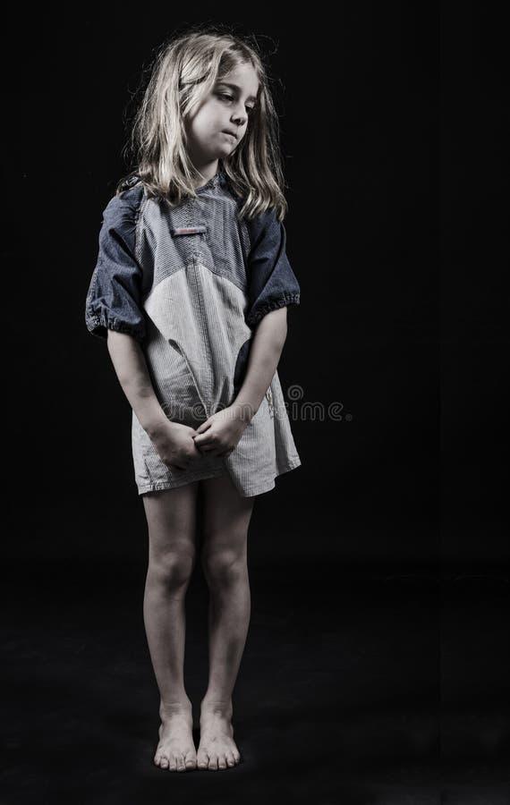 Kindervernachlässigung. Waisenmädchen lizenzfreies stockfoto