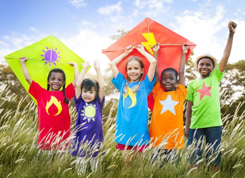 Kinderverschiedenes spielendes Drachen-Feld-Junge-Konzept stockfotos