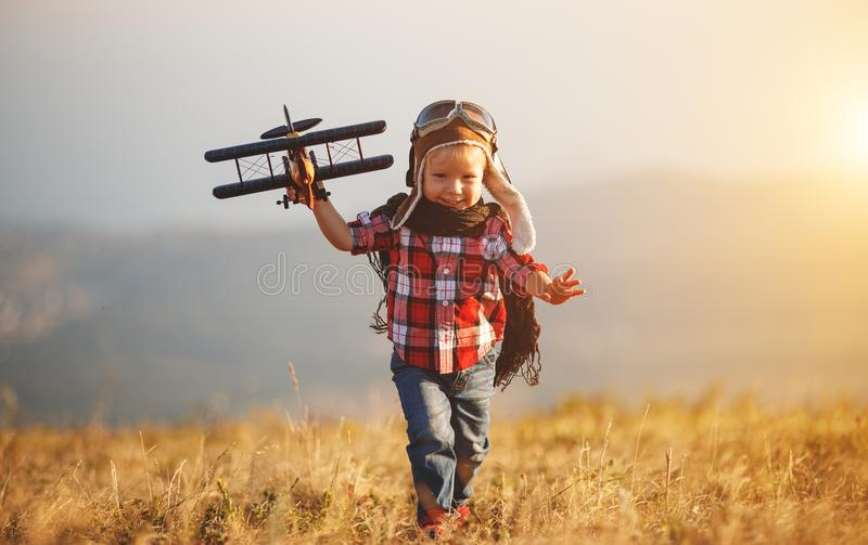 Kinderversuchsflieger mit Flugzeugträumen des Reisens in Sommer stockbilder