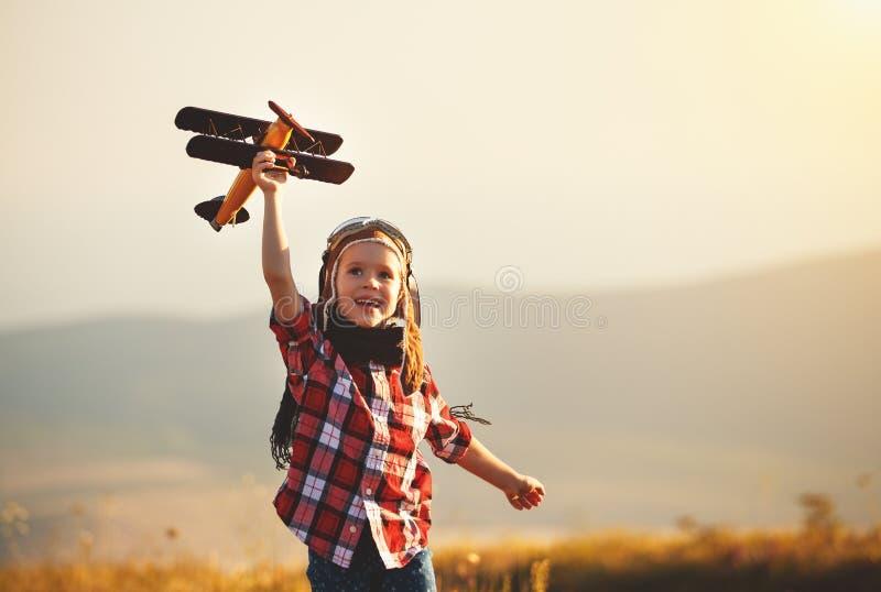Kinderversuchsflieger mit Flugzeugträumen des Reisens in Sommer lizenzfreie stockbilder