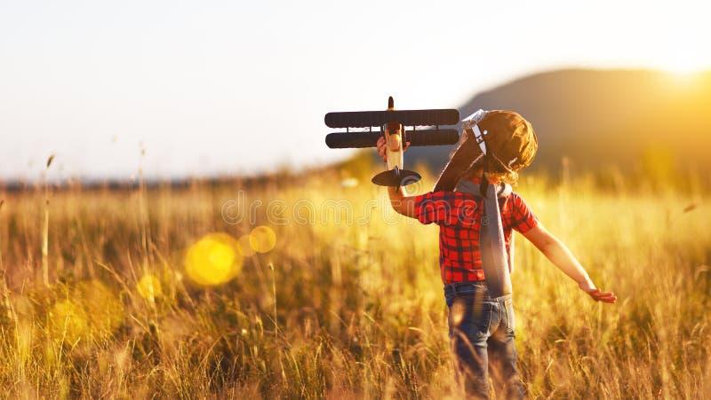 Kinderversuchsflieger mit Flugzeugträumen des Reisens in Sommer lizenzfreies stockfoto