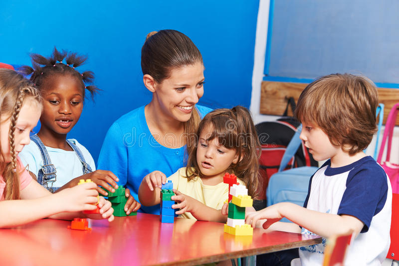 Kinderverzorging in de club van de na-schoolzorg stock foto's