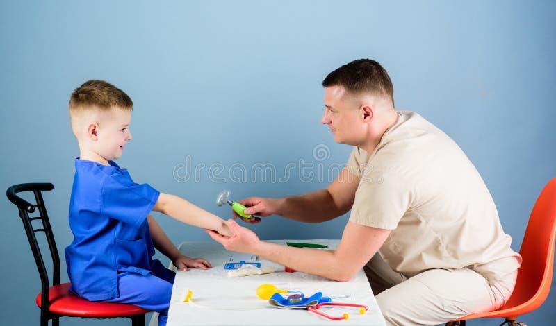 Kinderverzorging De zorgvuldige gezondheid van de pediatercontrole van jong geitje Algemeen medisch onderzoek De medische dienst  stock fotografie