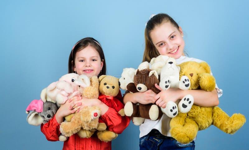 Kinderverzorging Spel van zusters het beste vrienden Zoete kinderjaren Kinderjarenconcept Zachtheid en tederheid E stock afbeeldingen