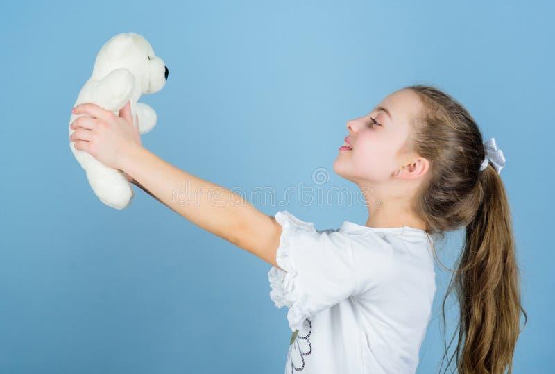 Kinderverzorging Zoete kinderjaren Kinderjarenconcept Mooi klein meisje die gelukkig gezicht met favoriet stuk speelgoed glimlach royalty-vrije stock afbeelding