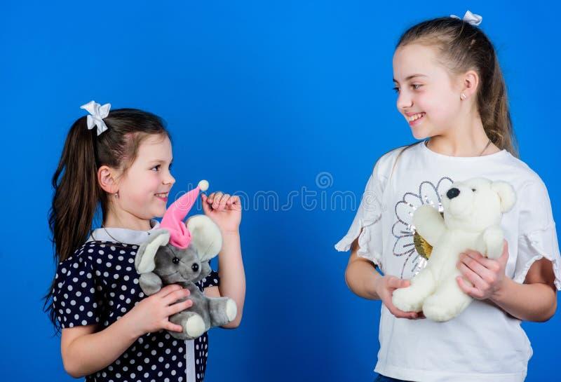 Kinderverzorging Zusters of beste vriendenspel Zoete kinderjaren Kinderjarenconcept Het voorbereidingen treffen voor het Leven Sp stock foto's