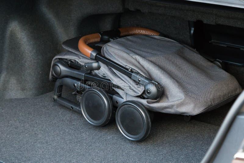 Kinderwagen in gevouwen voorwaarde voor vervoer op een reis royalty-vrije stock fotografie