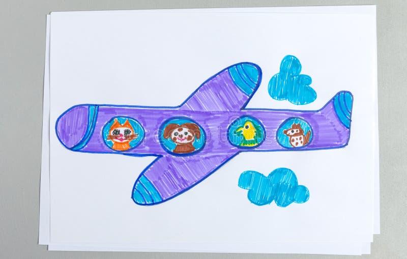 Kinderzeichnung des Fliegenflugzeuges unter Wolken mit Tieren als Passagieren, die aus Flugzeugöffnung heraus schauen lizenzfreies stockbild