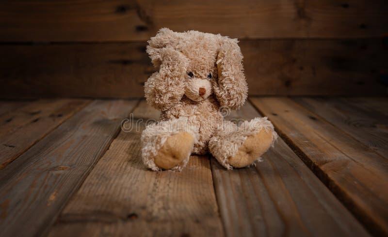 Kindesmissbrauch Teddybär, der Augen, dunklen leeren Hintergrund, Kopienraum bedeckt lizenzfreie stockfotos