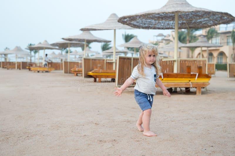 Kindgang blootvoets op zand op zonnige dag royalty-vrije stock afbeeldingen