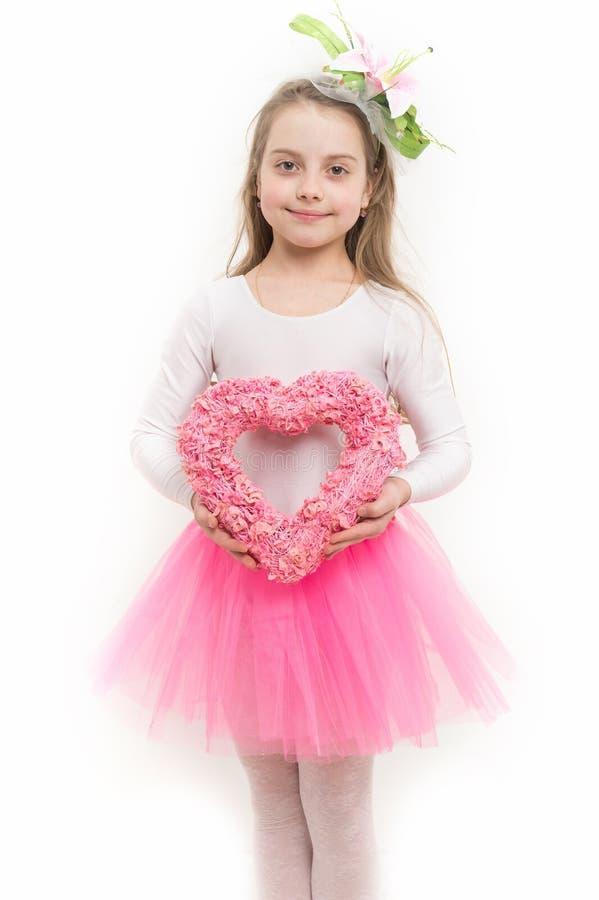 Kindglimlach met roze die hartkroon op wit wordt geïsoleerd royalty-vrije stock afbeelding
