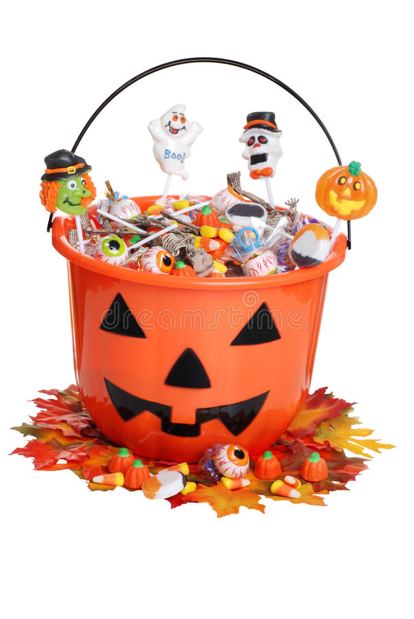 Kindhalloween-Kürbiswanne mit Süßigkeit und Fall stockfotografie