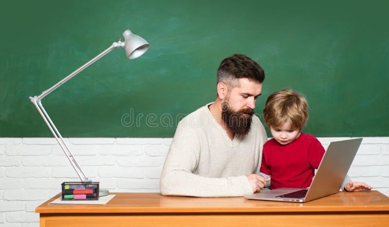 Kindheit und Elternschaft Lehrer und Kind Vorschulsch?ler Jung oder erwachsen Kinderlernen Zur?ck zu Schule und lizenzfreie stockfotos