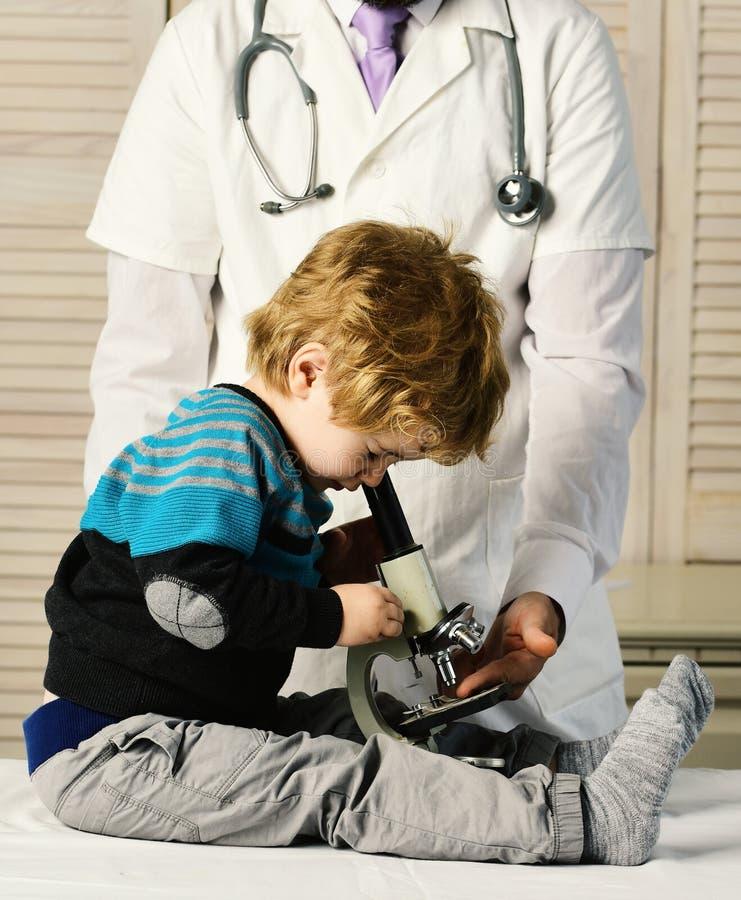 Kindheit, Wissenschaft und medizinisches Bildungskonzept Junge tut Experimente lizenzfreies stockfoto