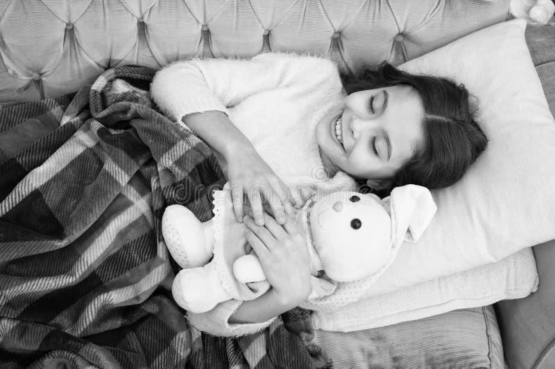 Kindheitsgl?ck Gute Nacht Familie und Liebe Der Tag der Kinder Guten Morgen Kinderbetreuung kleines M?dchenkind S?? stockfoto