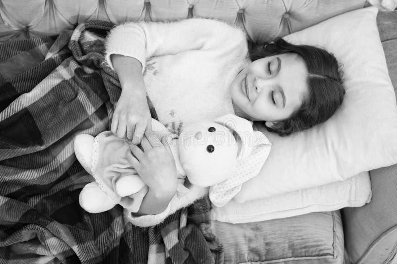 Kindheitsgl?ck Gute Nacht kleines M?dchenkind S??e Tr?ume Familie und Liebe Der Tag der Kinder Guten Morgen Kind lizenzfreie stockfotografie