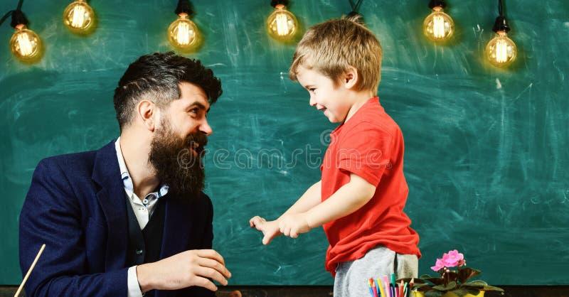 Kindheitskonzept Vati und Kind, die zusammen spielen Vater und Sohn, die Spaß lachen und haben stockbild