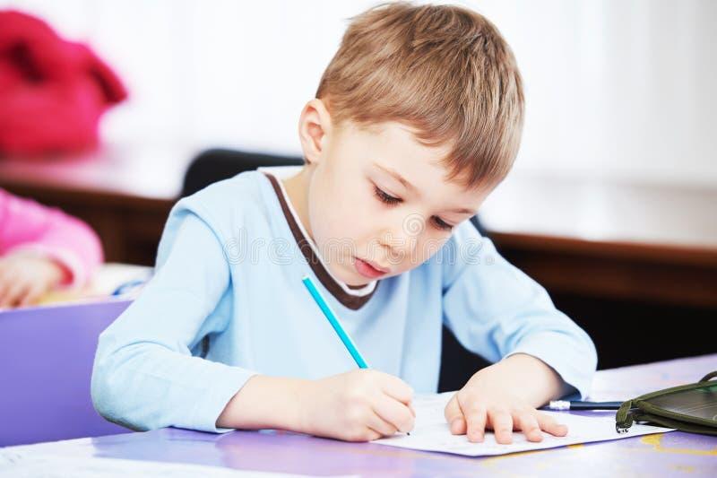 Kindjongen die het schrijven bestuderen royalty-vrije stock afbeelding