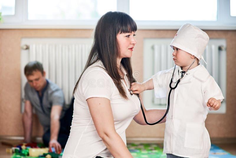 Kindjongen het spelen met moeder stock afbeelding