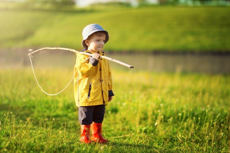 Kindjongen klaar voor visserij Leuk weinig jongen die in hoed groot visnet houden bij klaar royalty-vrije stock afbeeldingen