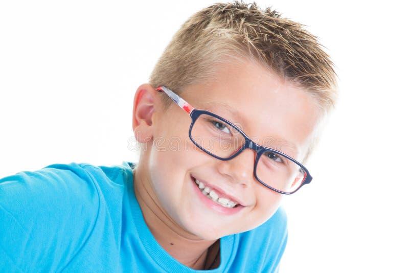 Kindjongen met blauwe overhemd en jong geitjeglazen stock afbeelding
