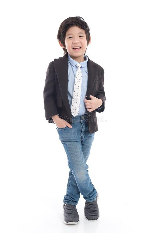 Kindjongen in pak op witte geïsoleerde achtergrond royalty-vrije stock foto's