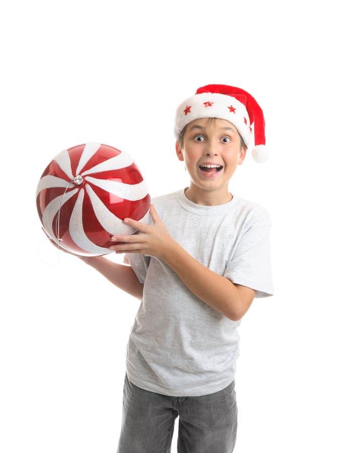 Kindjungenholding Weihnachtsflitterdekoration stockfotos