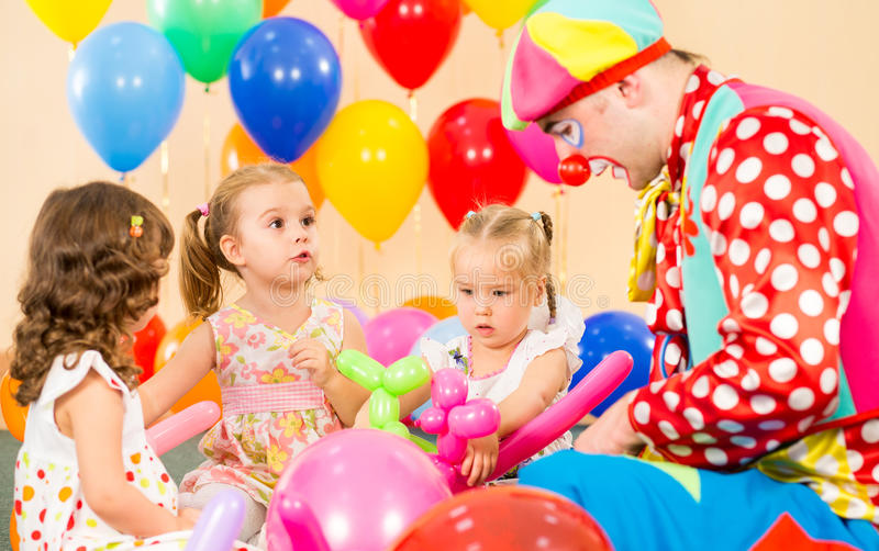Kindkindmädchen und -clown auf Geburtstagsfeier stockfotos