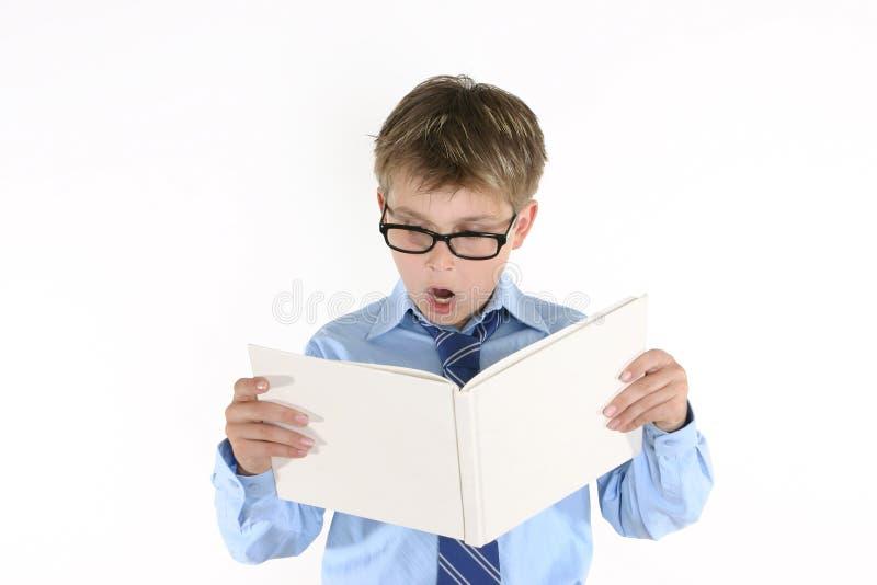 Kindkursteilnehmer, der ein Buch liest stockbilder