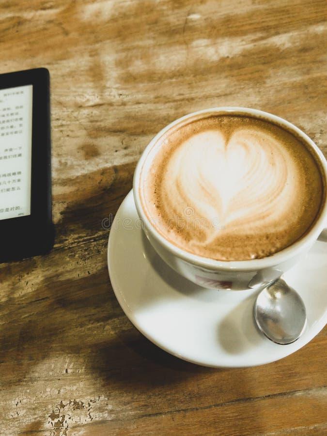 Kindle och kaffe royaltyfri bild