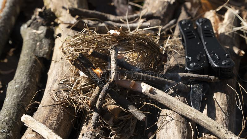 Kindle un feu d'herbe sèche, de bois et de bois de chauffage photo libre de droits