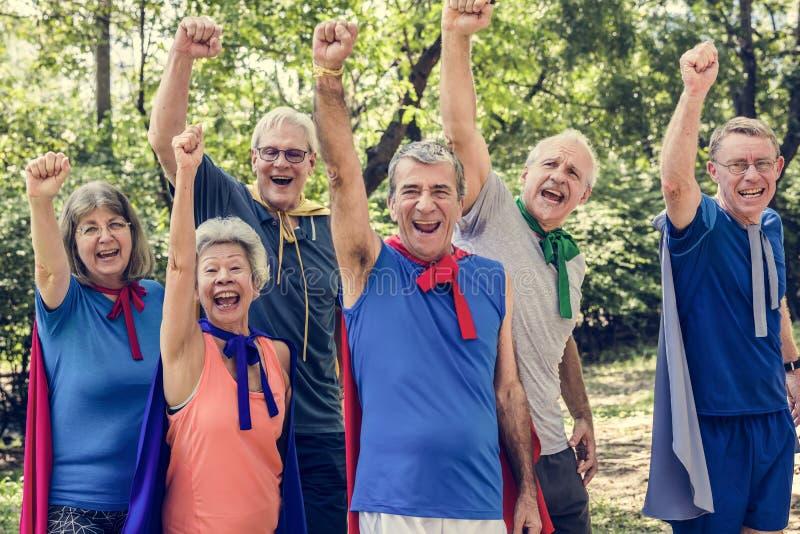 Kindliche Senioren, die Superheldkostüme tragen lizenzfreie stockbilder