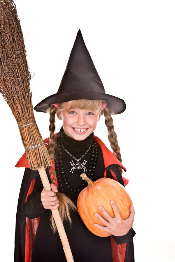 Kindmädchen Halloween-Hexe mit Kürbis, Besen. stockfotografie