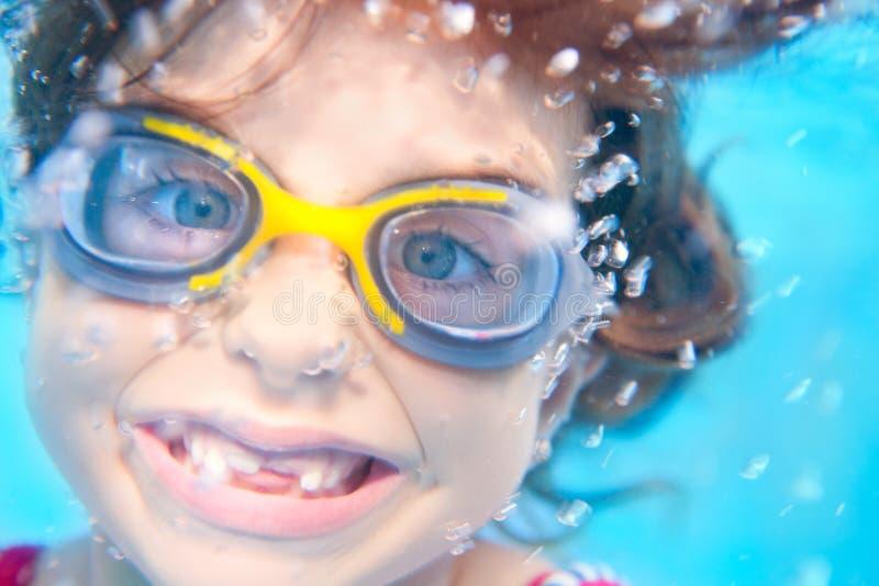 Kindmädchen lustiger Underwater mit Schutzbrillen lizenzfreies stockfoto