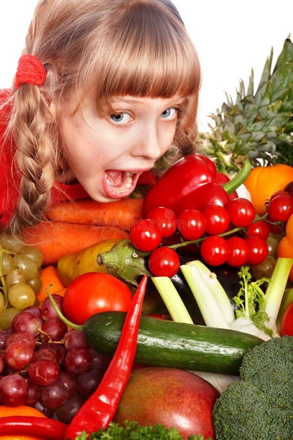Kindmädchen mit Gruppe Gemüse und Frucht. lizenzfreies stockfoto