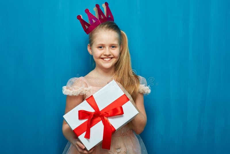 Kindmeisje die document de giftvakje dragen van de kroonholding stock fotografie