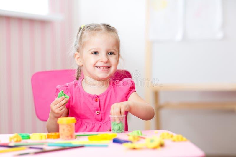 Kindmeisje die en door handen trekken maken stock afbeeldingen