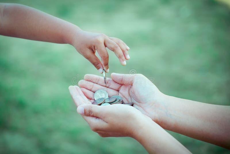 Kindmeisje die muntstuk geven aan moeder royalty-vrije stock foto's