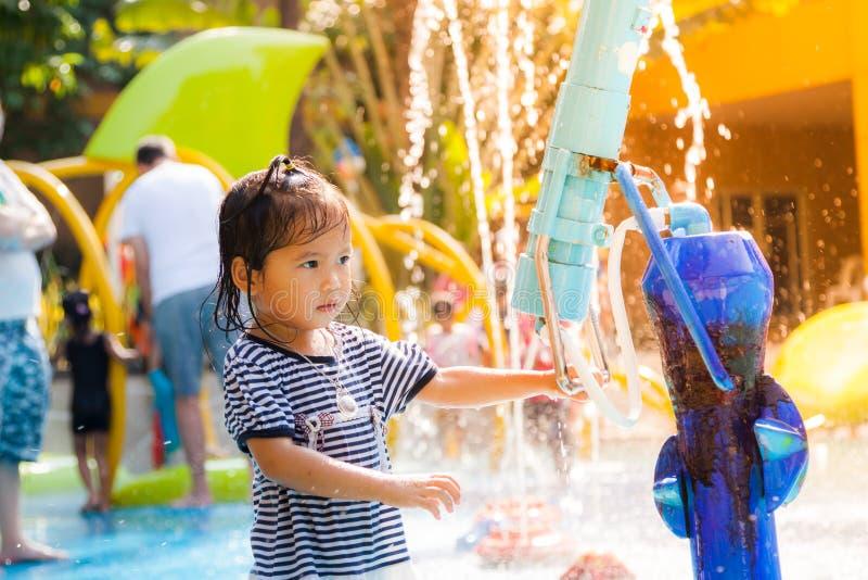 Kindmeisje die pret met water hebben te spelen royalty-vrije stock foto