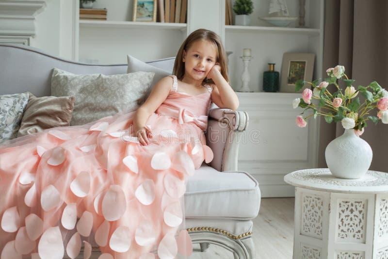 Kindmeisje die thuis rusten royalty-vrije stock foto's