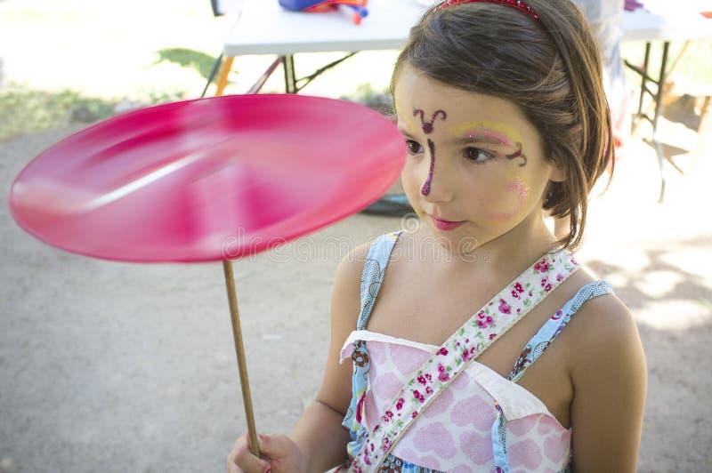 Kindmeisje het spelen met het spinnen van plaat stock afbeelding