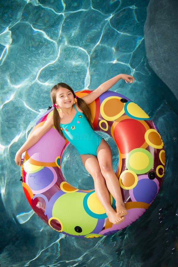 Kindmeisje het zwemmen stock foto