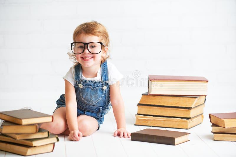 Kindmeisje met glazen lezen boeken royalty-vrije stock foto's